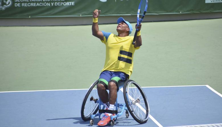 El malambero Eliécer Oquendo,  festejando su título en el torneo de tenis en silla de ruedas 'Copa Cediul'.