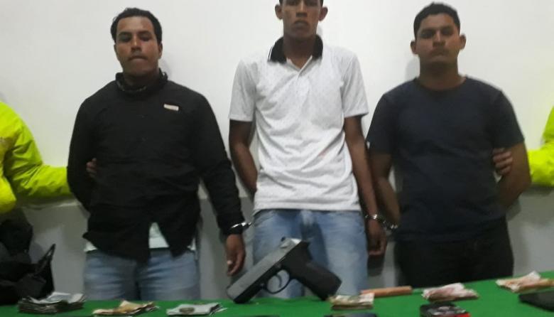 En video | Tres venezolanos fueron sorprendidos robando en una bodega al lado de la Sijín