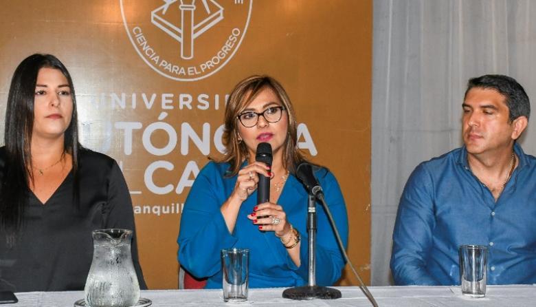 De izquierda a derecha: Irene Pacheco, abogada de la universidad; Claudia Da Cunha, rectora, y Miguel Vives, vicerrector Administrativo y Financiero.