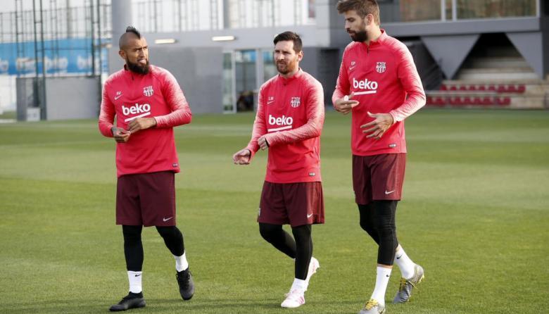 Piqué, Vidal y Messi, entrenando previo al juego ante el Liverpool.