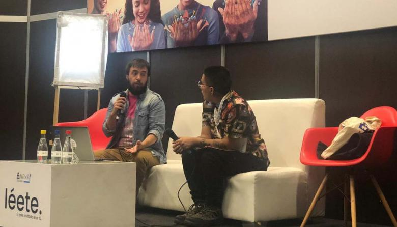 Blas Radi conversa con el moderador Ángel Mendoza en el conversatorio 'Vida travesti', en la Filbo.