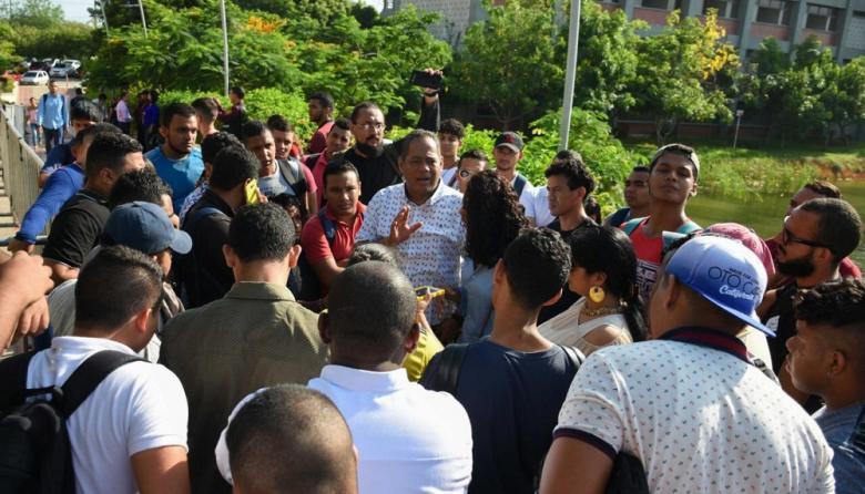 Momentos en el que los estudiantes impedían el ingreso del Comité Electoral al coliseo.