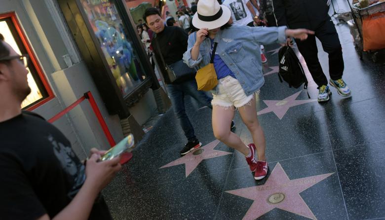 Fanáticos de Michael Jackson homenajean a su ídolo en el Paseo de la fama