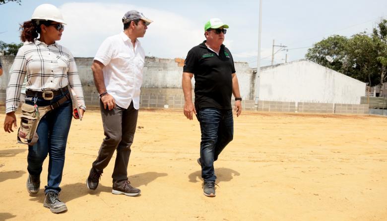 El alcalde Alejandro Char y el gerente de la ADI, Alberto Salah, inspeccionan las obras.