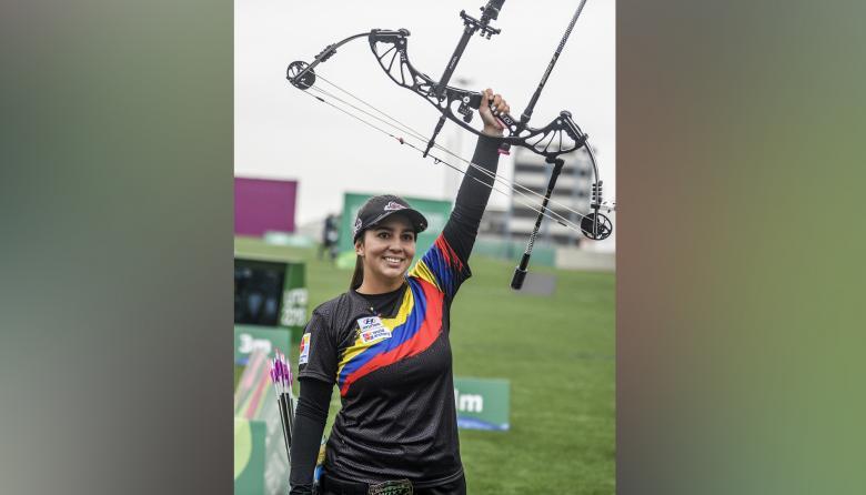 Sara López celebra después de ganar el evento de la Medalla de Oro Individual de Compuesto Femenino de Tiro con Arco.