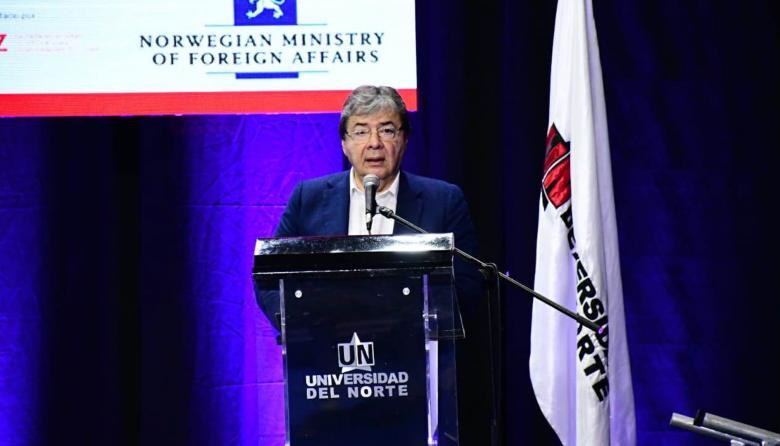 Pidiendo visa no se va a frenar la migración de venezolanos: Canciller Carlos Holmes