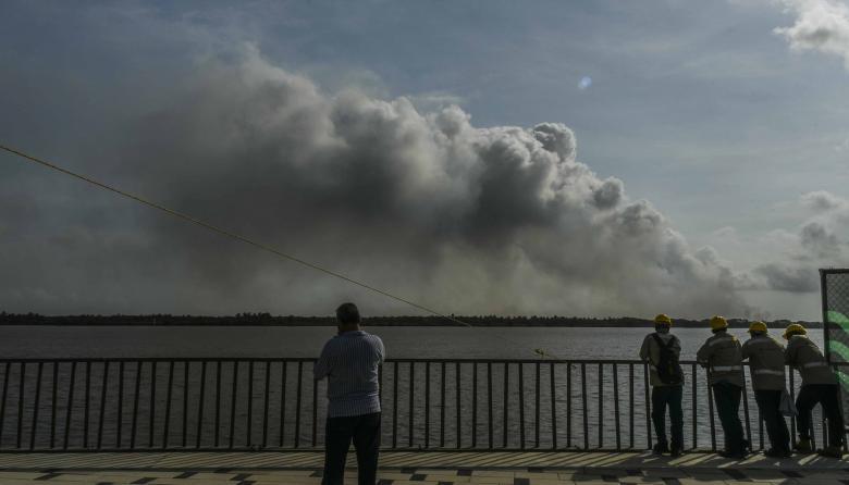 Imagen de la humareda que se observaba ayer desde el Malecón del Río.