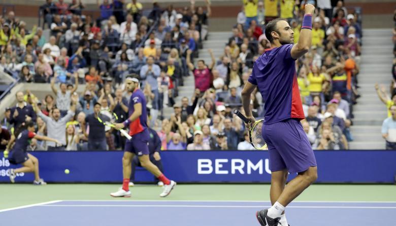Juan Sebastián Cabal y Robert Farah de Colombia celebran un punto durante su último partido de dobles masculinos.