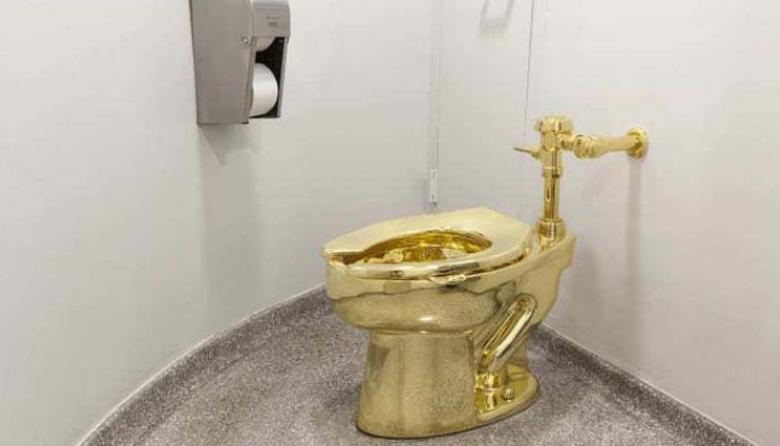 Roban inodoro en oro macizo de casa señorial