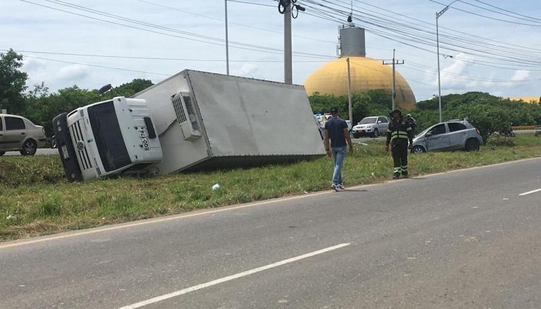 Los dos vehículos terminaron volcar tras accidentarse.