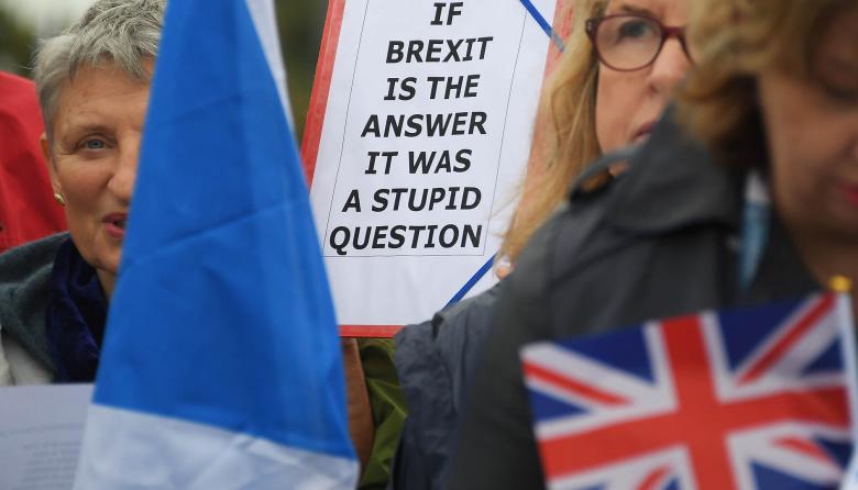 Parlamento británico pospone decisión sobre el Brexit, pero Johnson mantiene su fecha límite