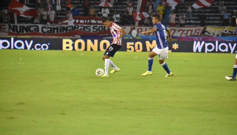 Cantillo cubre el balón ante la marca de Carrillo.
