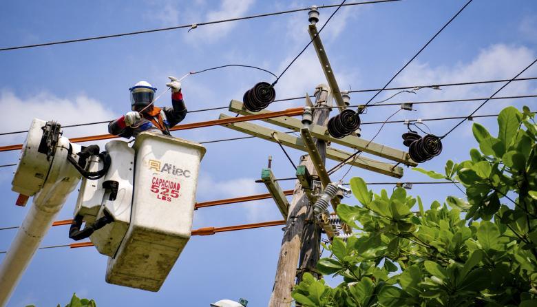Trabajadores de la empresa de energía durante labores en un sector del norte de la ciudad.