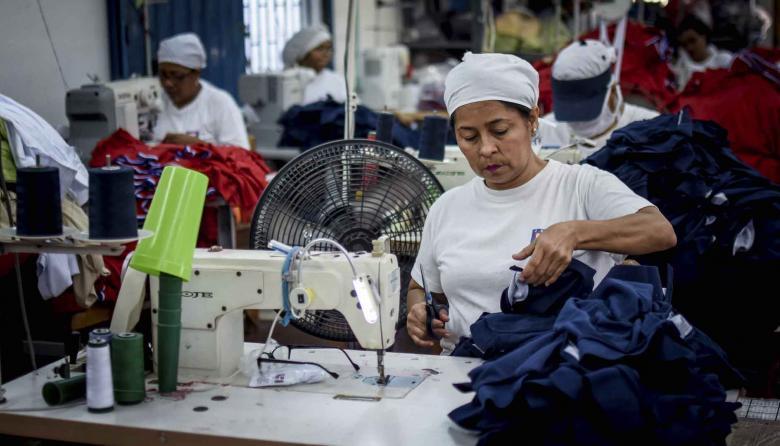 Trabajadora del sector de confecciones en una empresa de Barranquilla.