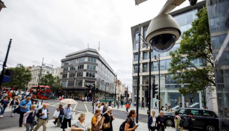 En varias calles de Gran Bretaña se pueden apreciar cámaras utilizadas para el reconocimiento facial.