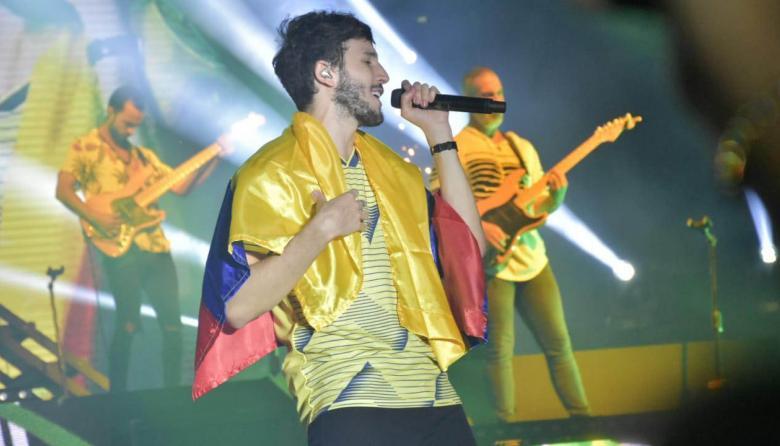 Sebastián Yatra, al final del concierto, interpretando el tema 'Robarte un beso'.