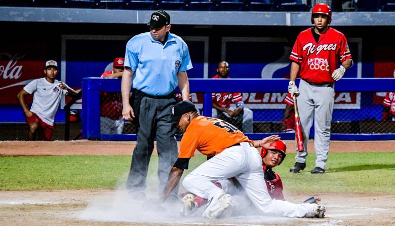 El pitcher de los Gigantes, Ramón Morla, llegó tarde al contacto con el pelotero de Tigres y no logró el out.