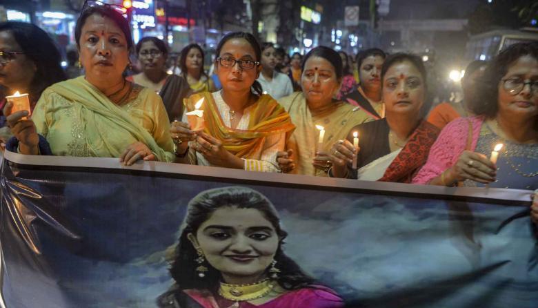 Comunidad realiza procesión a la luz de las velas pidiendo justicia en el caso de violación y asesinato de la mujer.