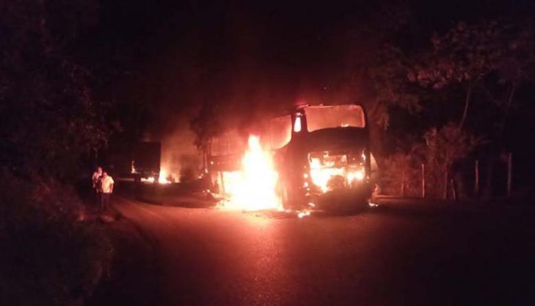 Ataque del ELN deja dos soldados heridos y seis vehículos quemados en Antioquia