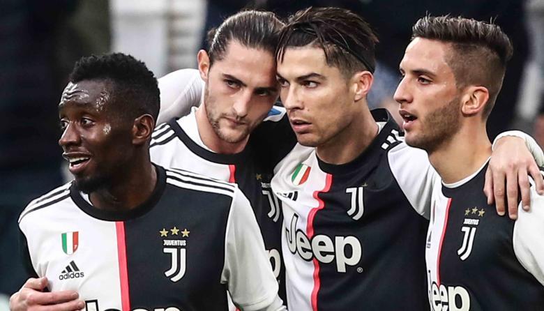 Cristiano Ronaldo recibe la felicitación de Matuidi, Rabiot y Bentancur.