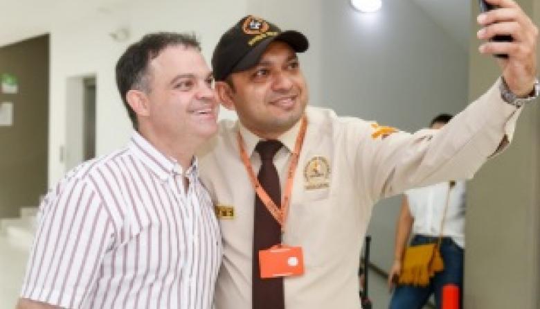 El alcalde Andrés Gómez posa para una selfi que toma uno de los vigilantes del edificio del Palacio Municipal.