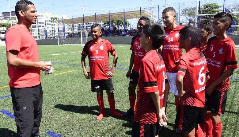 Heriberto Velandia dandole indicaciones a sus pupilos antes del partido de ayer en el Torneo Asefal.
