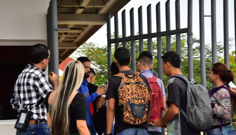 Un grupo de estudiantes ingresan a la Universidad del Atlántico en la mañana de este miércoles.
