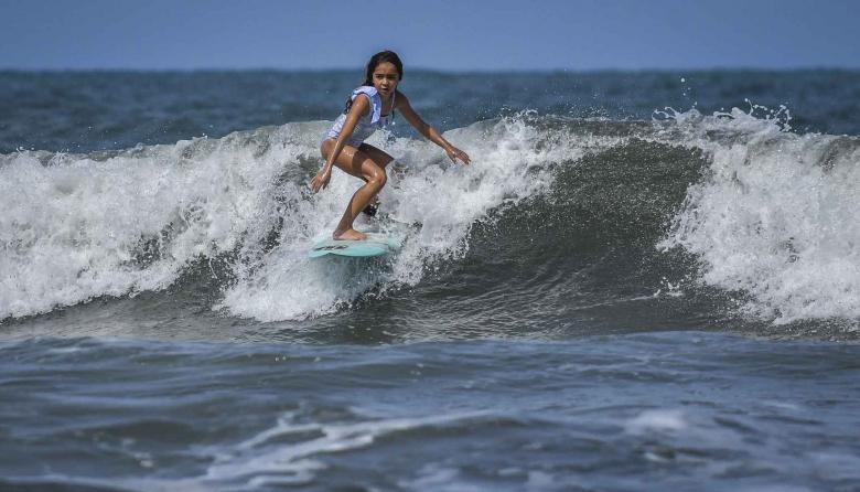 Francesca Arévalo, niña prodigio del surf en el Atlántico