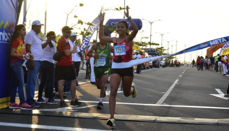 La atleta sucreña Palmenia Agudelo celebrando.