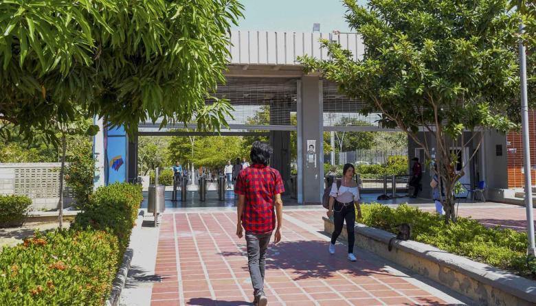 Varios estudiantes caminan por los pasillos de la sede norte de Uniatlántico.