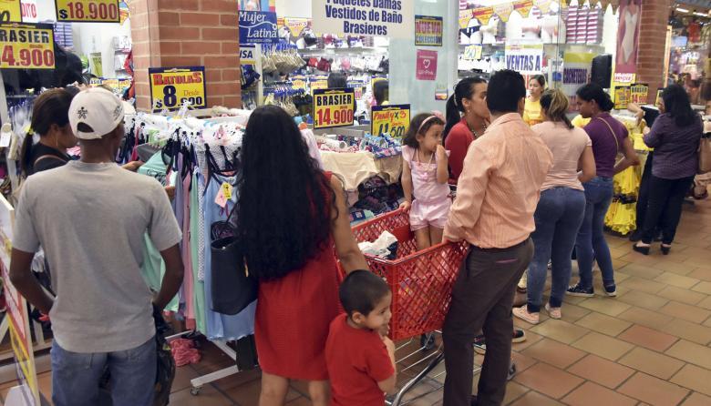 Varias personas compran en una tienda de vestuario en un centro comercial de Barranquilla.