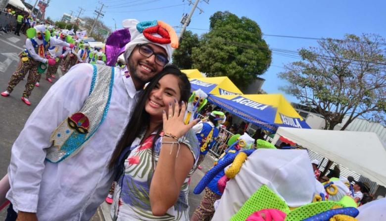 En video   Amor en Carnaval: marimonda pide la mano a su novia en la Batalla de Flores
