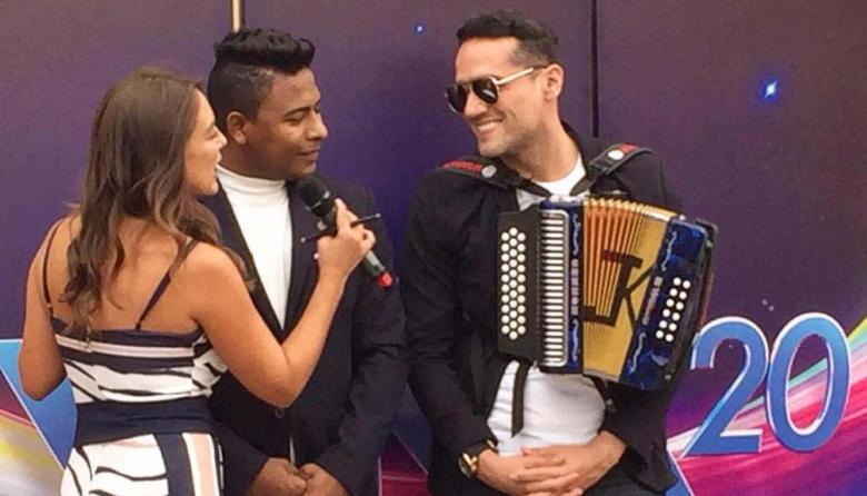 El cartagenero Álex Martínez y el acordeonero Juan K Ricardo durante una entrevista en Chile.