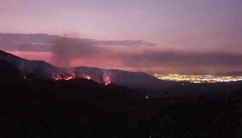 Alerta por incendio de tres días en Tigrera, Sierra Nevada
