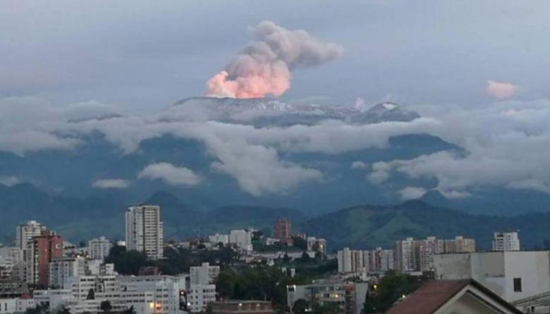 El volcán Nevado del Ruiz registra pequeños sismos y emisión de cenizas