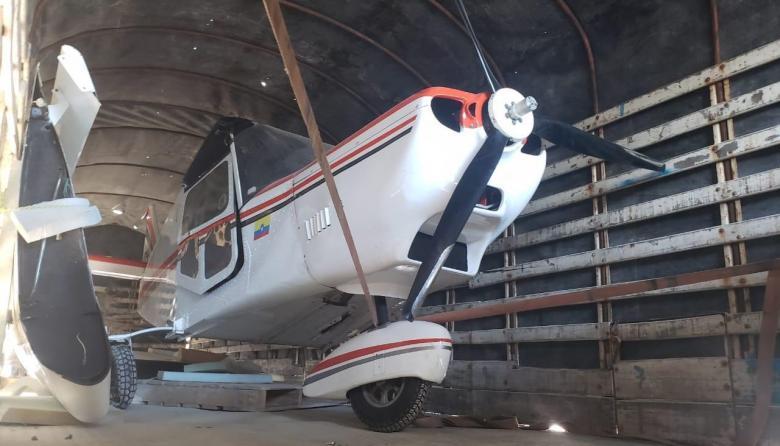 Inmovilizan en La Guajira aeronave que era transportada en un tractocamión