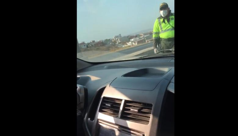 En video | Médica denuncia que a su esposo le pusieron comparendo por llevarla al trabajo