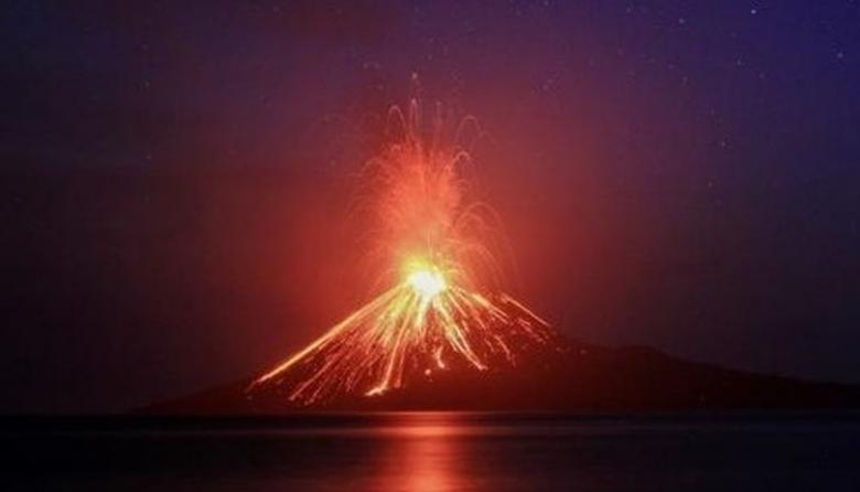 El volcán indonesio hijo del Krakatoa expulsa nubes de ceniza, humo y magma