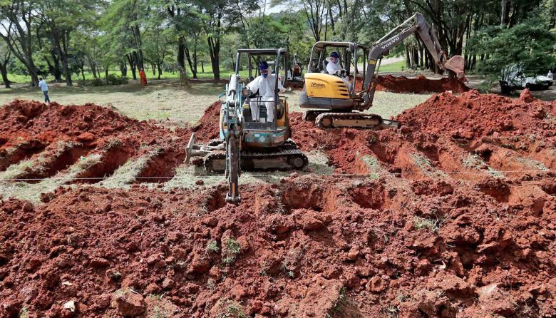 Trabajadores cavan tumbas este sábado en Sao Paulo (Brasil).