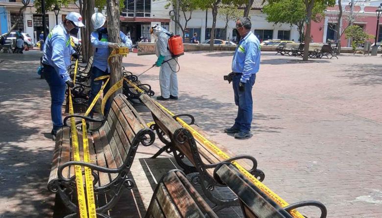 Desinfectan y sellan sillas del parque Bolívar de Santa Marta