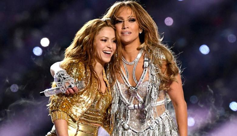 Shakira y Jennifer López al finalizar el espectáculo.