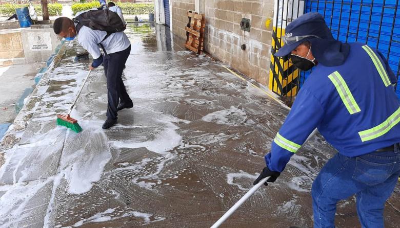 Varios operarios desinfectan las zonas públicas.