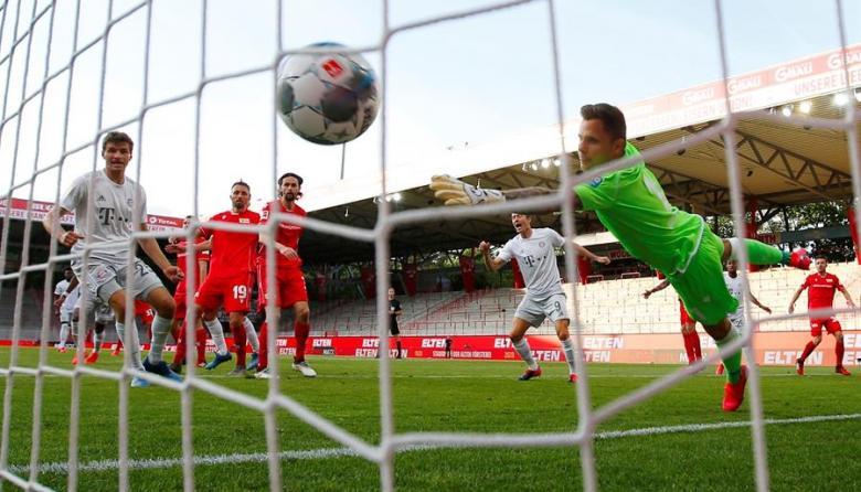 Acción de gol del francés Benjamin Pavard en el partido entre Bayern Munich y Unión Berlín.
