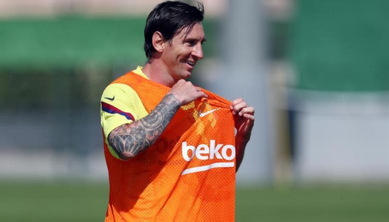 Lionel Messi sonriente en un entrenamiento del Barcelona.
