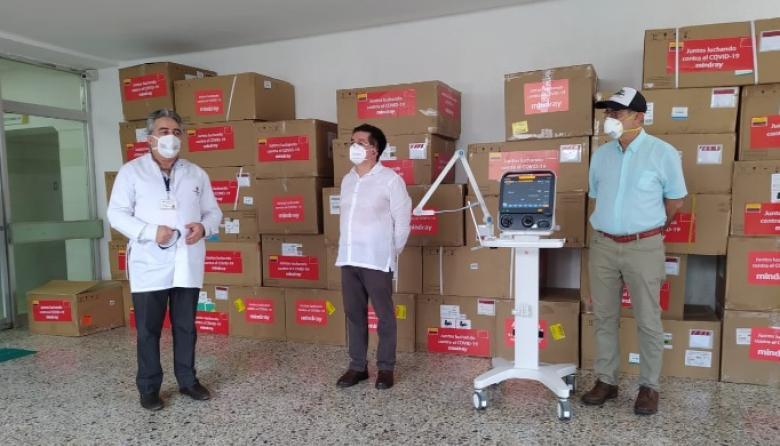 El ministro de Salud, Fernando Ruiz, y el alcalde de Cartagena, William Dau, junto a los 29 ventiladores que llegaron para el Hospital Universitario del Caribe.