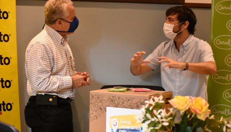 El presidente del Grupo Éxito, Carlos Mario Giraldo y el alcalde de Barranquilla, Jaime Pumarejo durante la donación de 15 mil tapabocas para la ciudad.