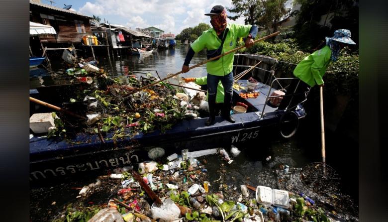 La COVID-19 deja una avalancha de plásticos y mascarillas en Tailandia