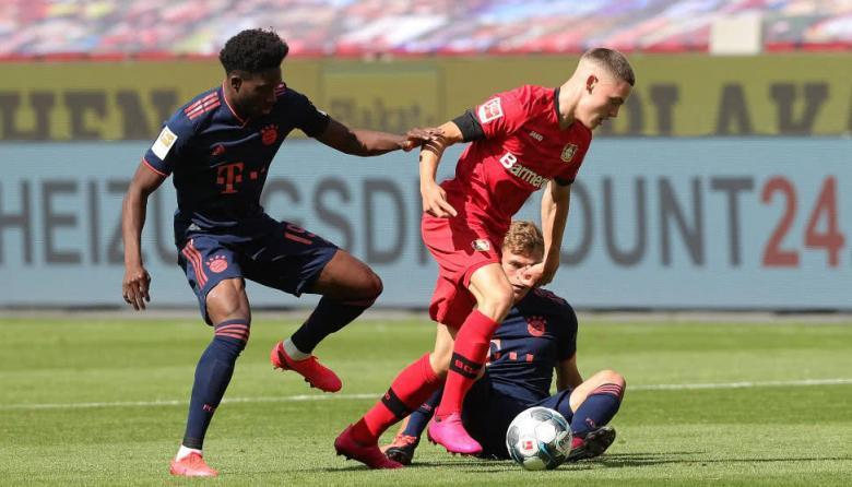 Florian Wirtz, mediocampista del Bayer Leverkusen, conduce el balón ante el Bayern Múnich.