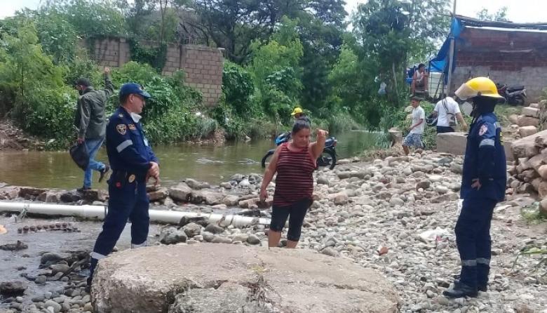 Acequia desbordada causa estragos en barrio de Valledupar