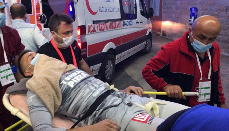 Muslera fue retirado en ambulancia del estadio. Luego se conoció la gravedad de su lesión.
